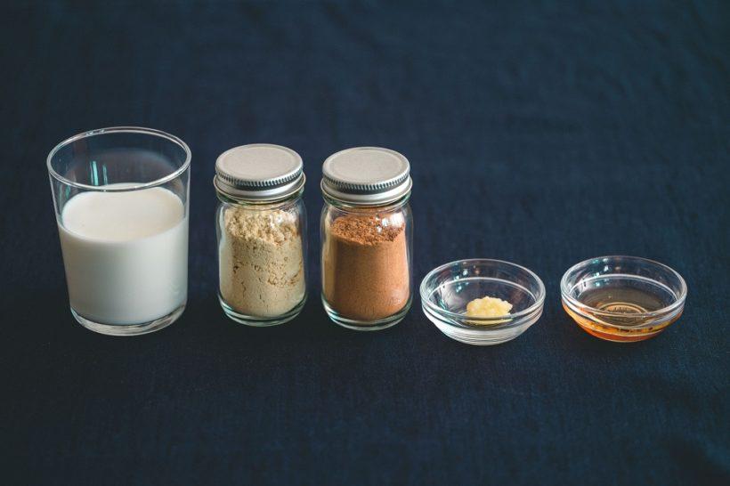 コーディー、ミルク、ジンジャーパウダー、シナモンパウダー、ギー、メープルシロップ